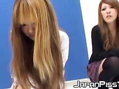 dve pohotni japonki, ki lulata oblečeni