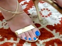 음란려한 발 놀이. 그녀의 파란 발가락에 대한 사랑