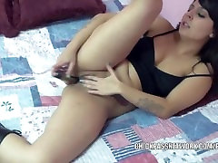 Latina hottie Cristal Cortez fucks jos twat su žaislu