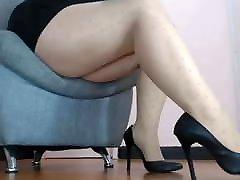 Mature mom&039;s sexy legs on spy cam