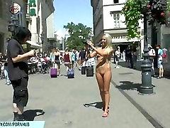 Sladko Jenny kaže njeno seksi golo telo na mom antiquity ulicah