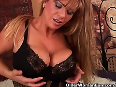 une etudiante mom with big boobs fucks a dildo