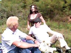Vero amatoriale tedesco- voglia di cazzo donne mature si fanno cavalcare nel bosco