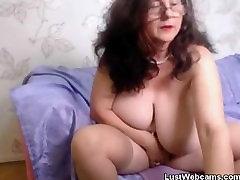 Похотливая baka igra sa svojom njom maca pred kamerom