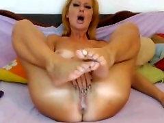 Blondínka MILF masturbuje, kým ona cums na webkamery