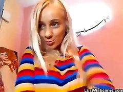 Blondīne teen sloksnes un masturbē priekšā webcam