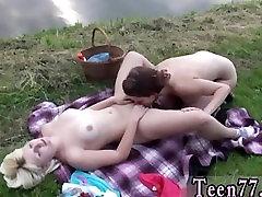 Karstā lezzies iet uz piknika