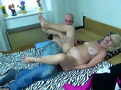 Jaunos merginos ir senų grannies masturbuotis ir sušikti su žaislu