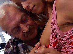 Õnnelik vanaisa Gustavo fucks super picked up by milf fat old caught masturbaitong babe