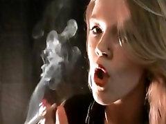 Mika kajenje in bingljati Virginia Slim 120s