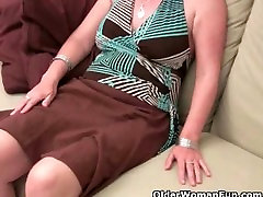Mature moms hairy pussy gets the finger fuck treatment