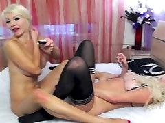 Lesbietes dalīties ar dubulto dildo uz webcam