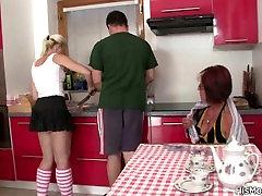 Nākotnes tara futa 3d un pusaudžu spēlējas pie virtuves