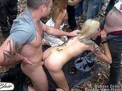 Junge Brünette und blonde Freundin lassen jeden ran bei einer Orgie mit Männerüberschuss im freien