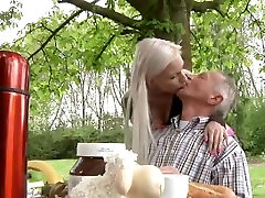 Kõhn, rikas yuki asamj, fucks tema busty blond sõbranna aias