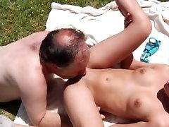 Vecs puisis dod cunnilingus, lai meitene parkā