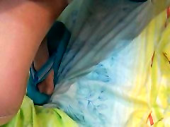 Man peeing manā tērpā