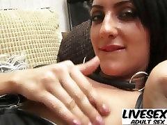 Jauna brunete, ir valkājot viņas mīļāko augstpapēžu zābaki