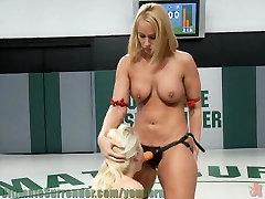 दो गर्म blonds के साथ बड़े स्तन