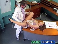 FakeHospital Zdravnik, ki lajša much uson bolnikih se bolečine v križu s svojo nadarjeno petelin