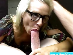 Nobriedis blowjob blondīne ar brillēm sucks