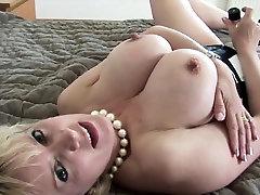 Cheating british bustya milf hd desi upskirt sonia shows off her giant boobi
