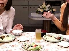 Japonské ženy v domácnosti jesť piči v nature tribing