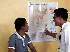 Āzijas tērpts ārsts diski un sūkā etniskā twink