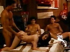 Trīs puiši izmēģina jāšanās meitene kopmītnes istaba