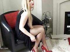 Karstā blondīne seksuālās ļoti erotiska augstpapēžu kurpes
