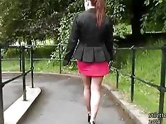 Nāc dievinu karstu diezgan dāmas jauki kājas un augsti papēži