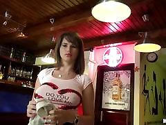 Viesmīle Cinthia Lelle fucks viņas kafejnīca