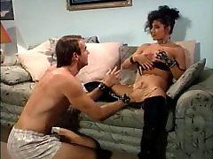 Brunete izpaužas incītis licked un dod blowjob pirms jāšanās
