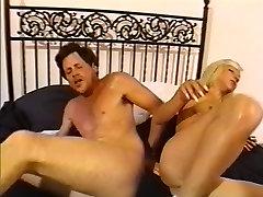 Slutty blond armastab saada tema kiisu lakkus ja teeme anal fuck