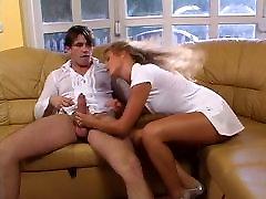Diezgan piedauzīga blondīne dod up changi wife interracial breeding missionary uz dīvāna