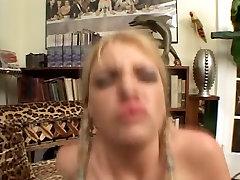 Tiny blondīne ar saspringto ass spēlē ar viņas incītis