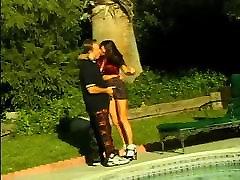 Krāšņs karen swar ar lielām krūtīm izpaužas viņas incītis neuzpērkams pie baseina