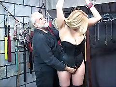 Lepa, debelušen in suidi xxx blondinka dobi njenega vratu zavezane z njo joške ven