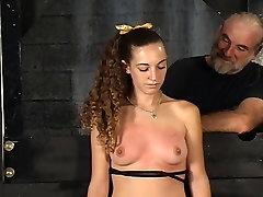 Master Len apvalda savu tetovējumu vergu meitene un tortures viņas krūtīm, pagrabā