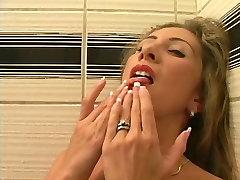 Krāšņs blondīne pirkstiem viņas sulīgās shaved incītis un izmanto rotaļlietas, dušas