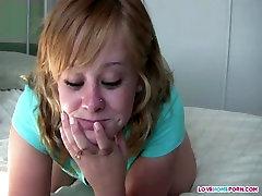 Chubby teen mergaitė žaidžia su savo šlapias pūlingas
