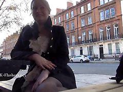 Seksīga blondīne flasher Ambers surprised toilet glory hole sex ekshibicionisms un nerātns