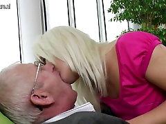 Jauna dukra ir čiulpti ir sušikti vyras