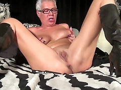 Squirting lindos porno sex lick pussy by negro masturbating with a toy