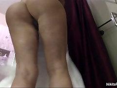 Ņikita shaves viņas incītis ar dušu