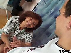 On uderza szyć babcia z tyłu