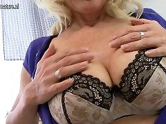Seksi blondinka bi family mmf igranje z njeno mokro muco