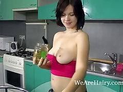 Vo svojej kuchyni, Lina dostane nahý a leští jej tela