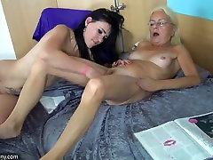 OldNanny Noor tüdruk ja päris küps masturbating koos