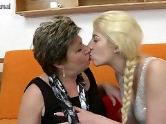 Dviejų senų ir jaunų lesbiečių, naudojant doubledong